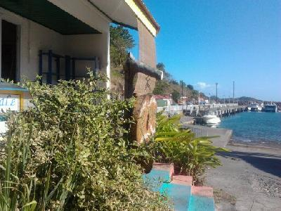 loux local 25 m2 sur port de Terre de Bas