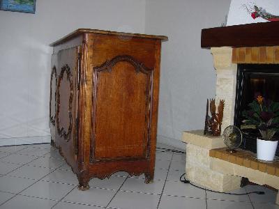 buffet bas bahut ancien rustique en noyer massif annonces gratuites meubles anciens. Black Bedroom Furniture Sets. Home Design Ideas