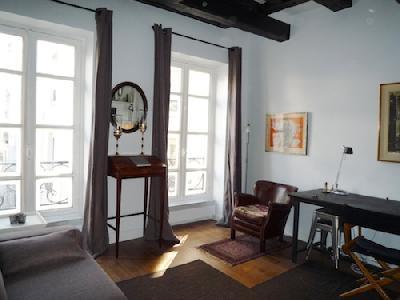 Studio au 2ème étage avec ascenseur dans le Marais
