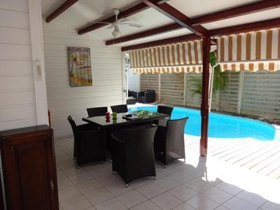 Villa F4 en bois de style créole avec sa piscine