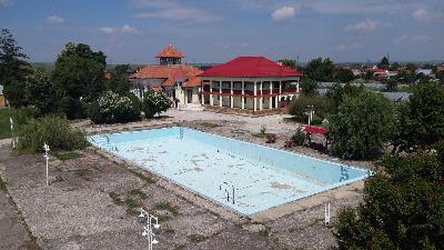 EXCEPTIONNEL:Propriété 13ha plusieurs villas, lac 3ha, 10km Slatina ROUMANIE