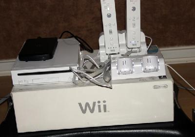 Wii + disque dur + balance + wii motion + 120 jeux